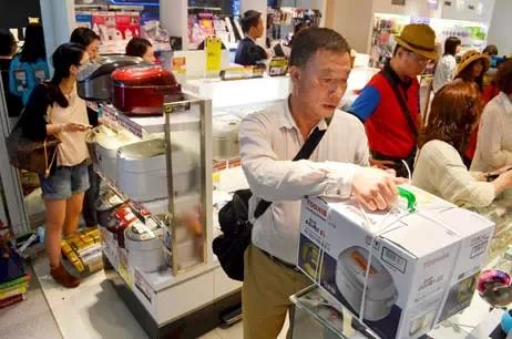 中国游客在日本疯狂抢购电饭锅