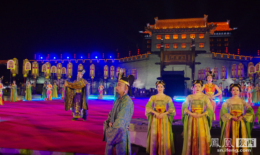 """化广场上,身着唐朝服饰的""""官员""""在此等候远道而来的嘉宾们.中图片"""