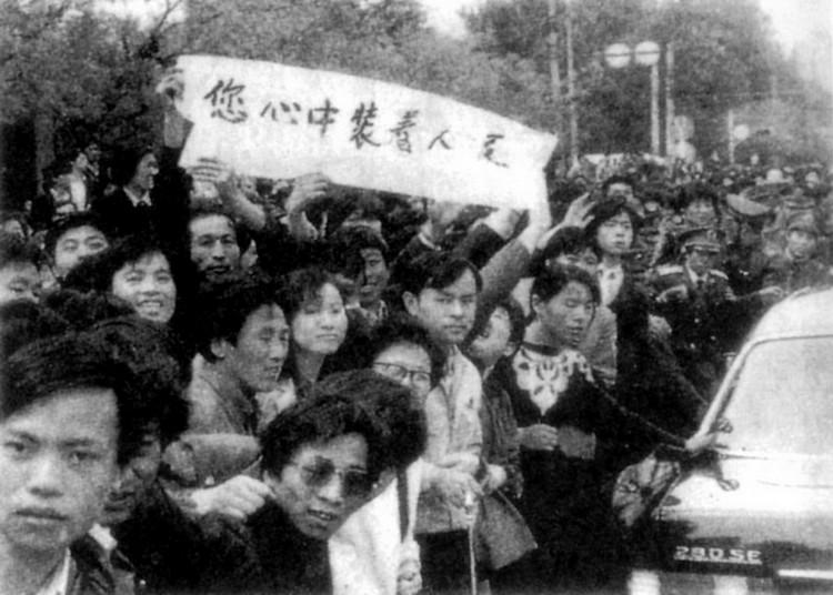 胡耀邦去世后召开追悼大会当天,从人民大会堂至八宝山,十里长安大街自动站满了臂带黑纱的人民群众,目送胡耀邦灵车经过,连楼顶上都站满了人。图为:1989年4月22日上午,北京市群众在十里长街迎送胡耀邦灵车。(图片、注释来源:《炎黄春秋》)