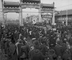围观解放军进入北京的市民