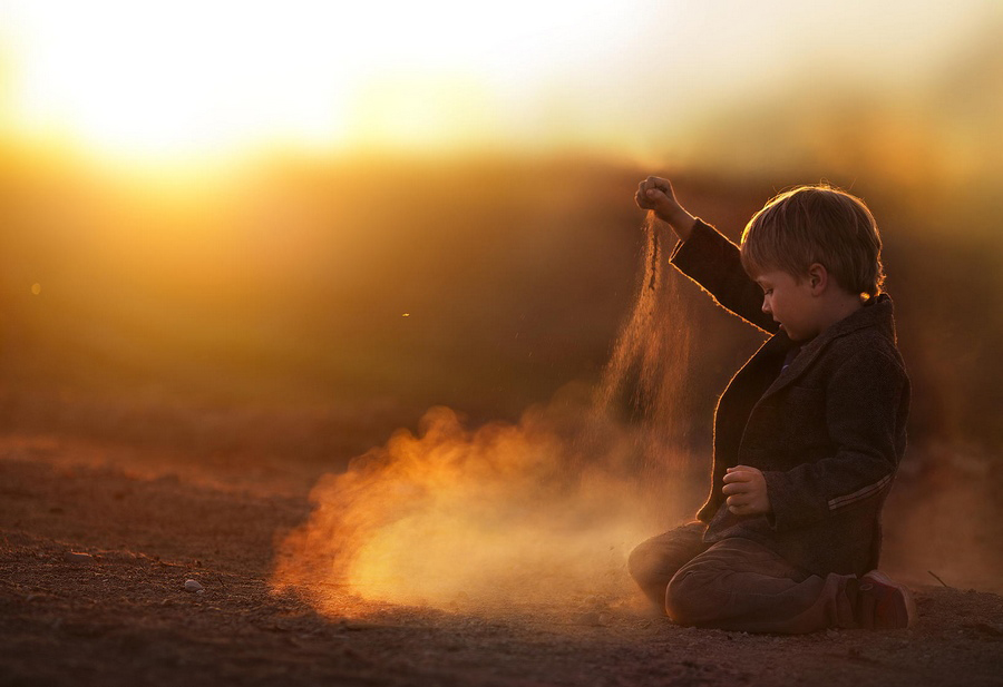这些照片中孩子和小动物的有爱互动,再配上唯美的田园风光,仿佛带人