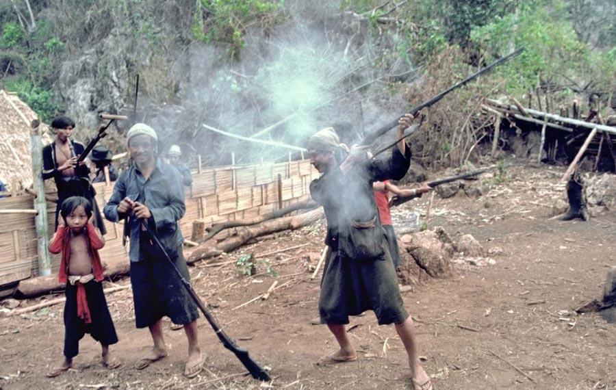 泰国罕见隐世部落照片曝光 儿童吸烟玩步枪