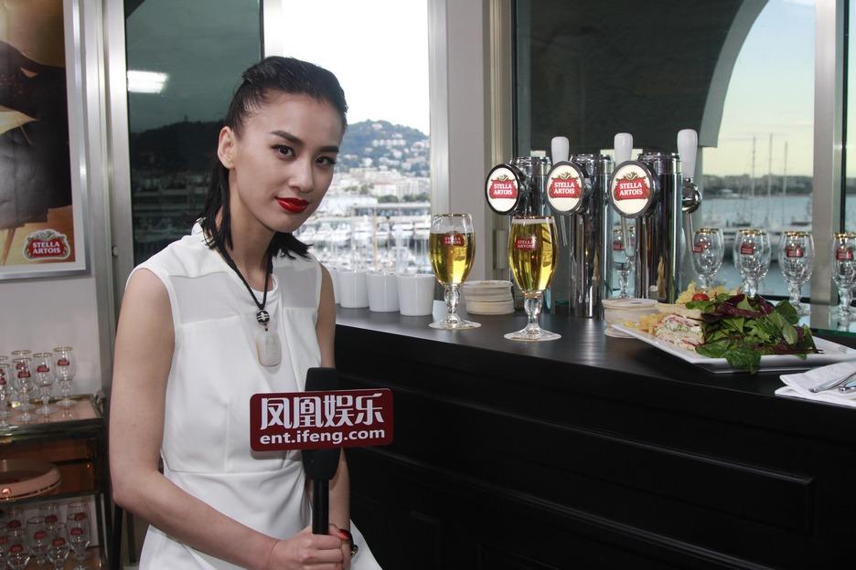 """作为凤凰娱乐明星报道团的特约嘉宾,黄圣依带网友再次开启""""时代啤酒""""戛纳美食之旅。"""