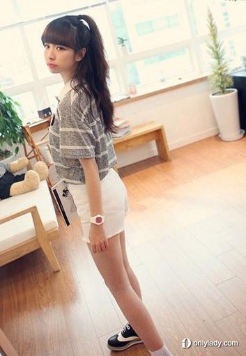 条纹t恤搭配白色短裤