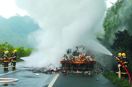 渝湘高速彭水段一火车突然自燃 百万货物被烧毁