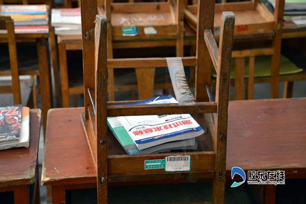 烟台大学上演占座大战 学生提前返校攻占两栋楼用胶带把书本和课桌粘