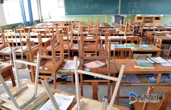 """写字占座无效""""后,很多同学开始用胶带把板凳和课桌粘在一起."""