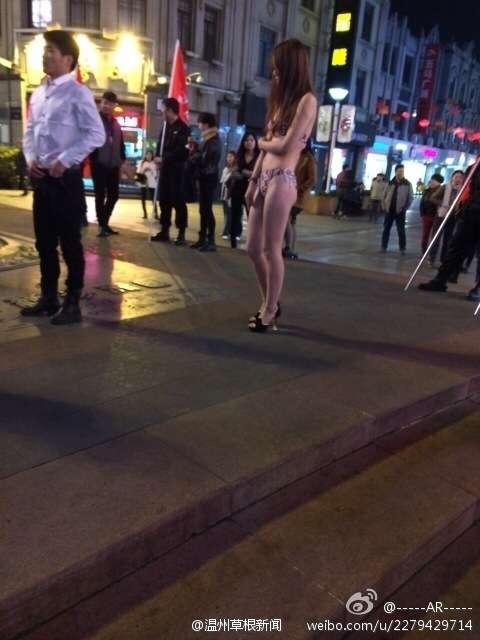 竟请美女当街脱衣