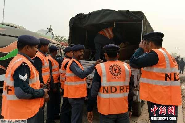 小型飞机在印度新德里坠毁 救援队紧急出发
