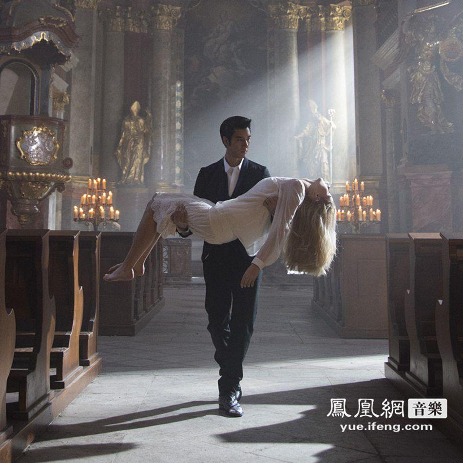 """亚洲创作天王王力宏再创华语音乐风潮,新专辑《你的爱。》将在1月9日全面预购,1月23日发行,新歌《就是现在》是他在好莱坞拍摄新片过程中写下,他感受世界华流势力当道,希望再藉由自己的音乐将华人文化推向全世界,王力宏还将好友章子怡与张震在电影《卧虎藏龙》中的角色名,写进歌词:""""像摸不着的星星,就像罗小虎与子怡,临门一脚靠近,但最后只感受打击。""""让章子怡非常喜欢,在微博上po出歌词,也顺势帮王力宏打歌。"""
