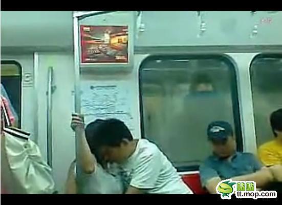 """如此""""读书""""!北京地铁惊现高中情侣""""吃乳门"""""""