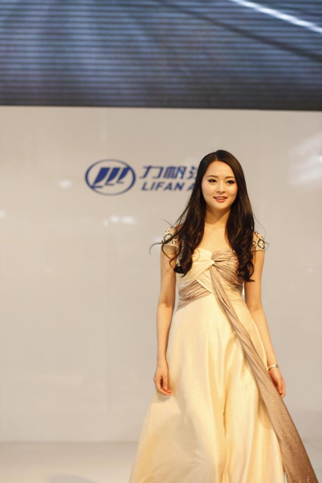 北京汽车美艳力帆视频车模国际亮相车展倒车指挥图片