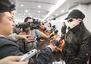 3月19日,原告小依(化名)在开庭后接受媒体采访。新华社发