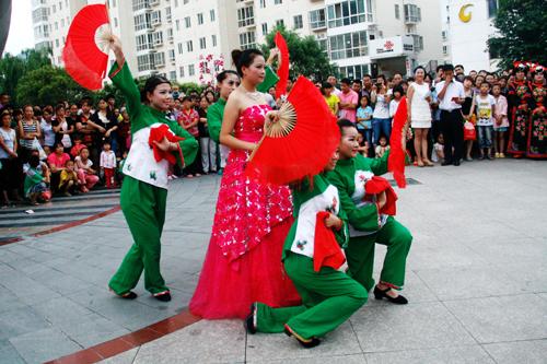 渭南师范学生正在表演歌伴舞《红红的日子》高清图片