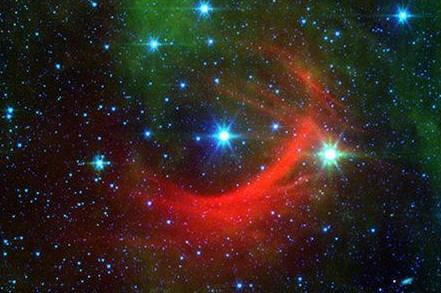恒星高速碰撞形成美丽红色弧光