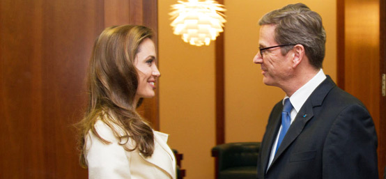 朱莉携新片亮相柏林电影节和德国外交部长会面