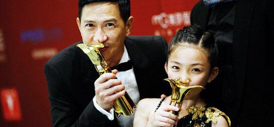 上海电影节颁奖典礼直击:影帝影后亲吻奖杯