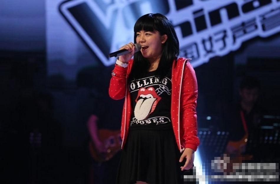 12日晚,第二季《中国好声音》首期节目在浙江卫视开播,首位登场的18岁选手刘雅婷以摇滚范亮相,开唱的一声呐喊就震撼了四位导师,哈林转身时激动到单膝站在了转椅上。随后有网友曝出刘雅婷的私密照片,引起了热烈讨论。