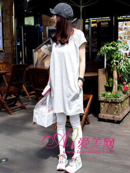 搭配tips:灰白色长版t恤+白色紧身裤