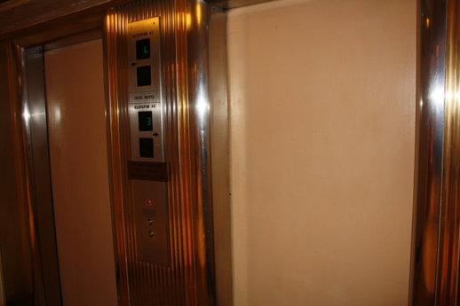 塞西尔酒店大堂的两部电梯,是进入各楼层的通道。