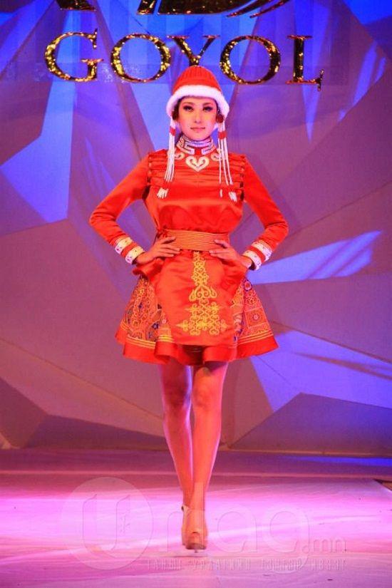"""由蒙古国服装设计师协会主办的第25届""""Goyol 2014年度服装大赛"""",近日在首都乌兰巴托开幕。""""Goyol服装大赛""""创立于1988年,迄今已有25年历史,是蒙古国当前时装界顶尖的赛事活动。近年来开始扩大规模,从最初的几家服装厂之间的比赛,演变为选拔设计师才能、模特造型,以及企业实力的成熟赛事。并逐渐吸引了世界时装界的瞩目。"""