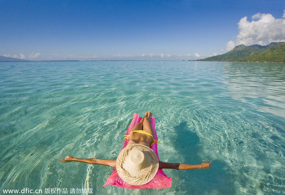 一名女子漂浮在水面上