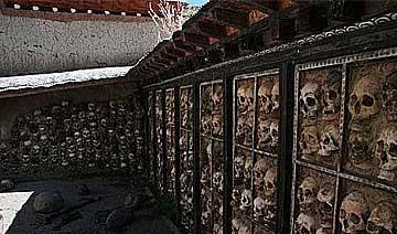 走进西藏活人禁地:人头砌满经文墙 秃鹫遍布尸块山