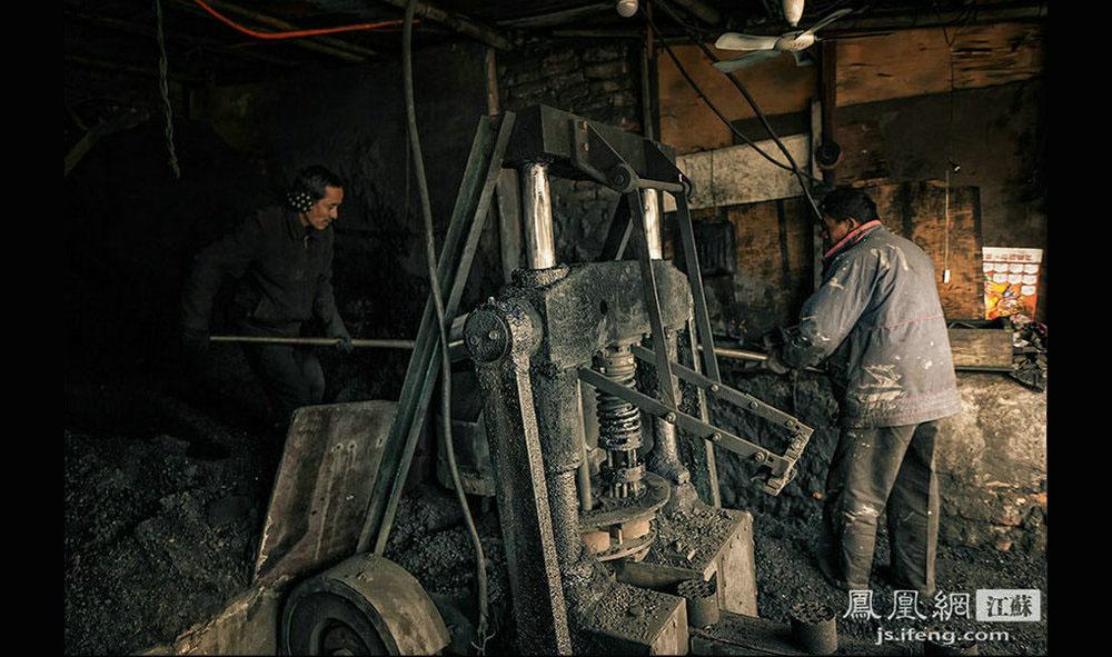 姚颜华的煤主要来自安徽淮北和山西阳泉,由矿上通过运煤列车运到煤矿专用货场,然后再用汽车到那里去拉煤。煤厂共生产2种蜂窝煤,一种是批发价每个4角5分,另一种因为比较耐烧,批发价每个5角,虽然贵点,但大多数来买煤的喜欢选这种蜂窝煤。(黄埔7号影像俱乐部/图 胥大伟/文)