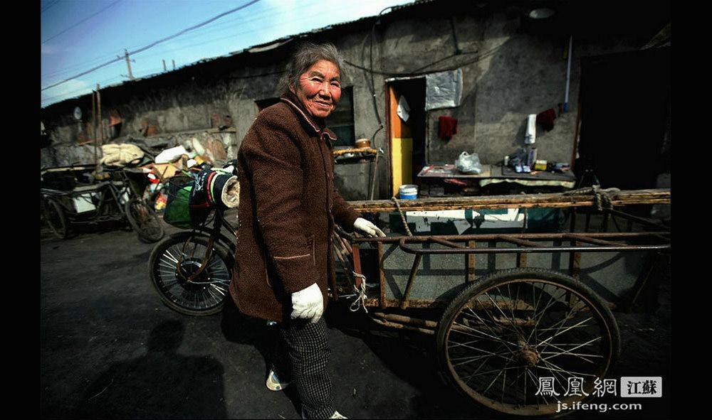 今年67岁的张蔡村送完煤回来,她是南京老下关人,家住大庙村一带。张蔡村是名退休工人,原是南京燃料公司的送煤工人。(黄埔7号影像俱乐部/图 胥大伟/文)