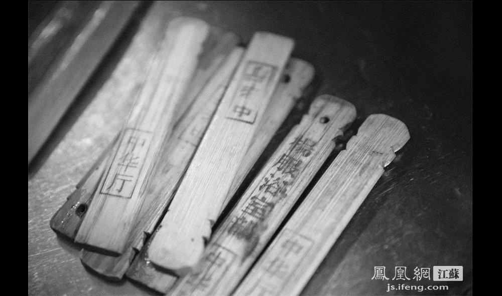 """图为:澡堂里的木榧。木榧是南京传统澡堂里的老物件。顾客付了钱,澡堂的伙计就会递上木榧,顾客拿了木榧就下池子去泡几个小时的""""软水""""。(智德商旅--黄埔7号影像俱乐部/图 胥大伟/文)"""