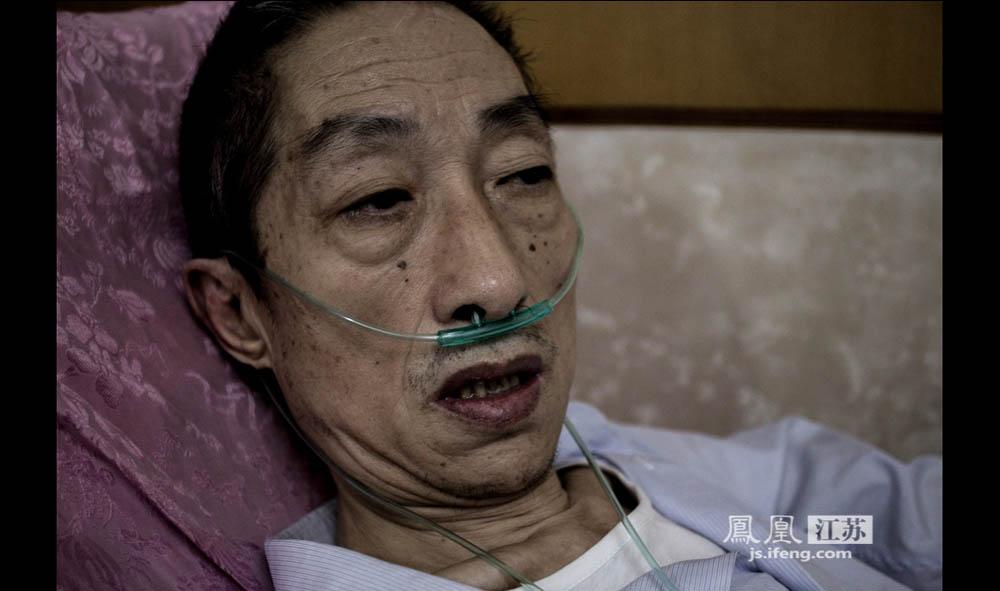 由于身体运动机能衰退,于志国常常呼吸困难。陈桂花花了3800元买了台吸氧机,于志国每天都得吸上好几次来帮助呼吸。(彭铭/摄 胥大伟/文)