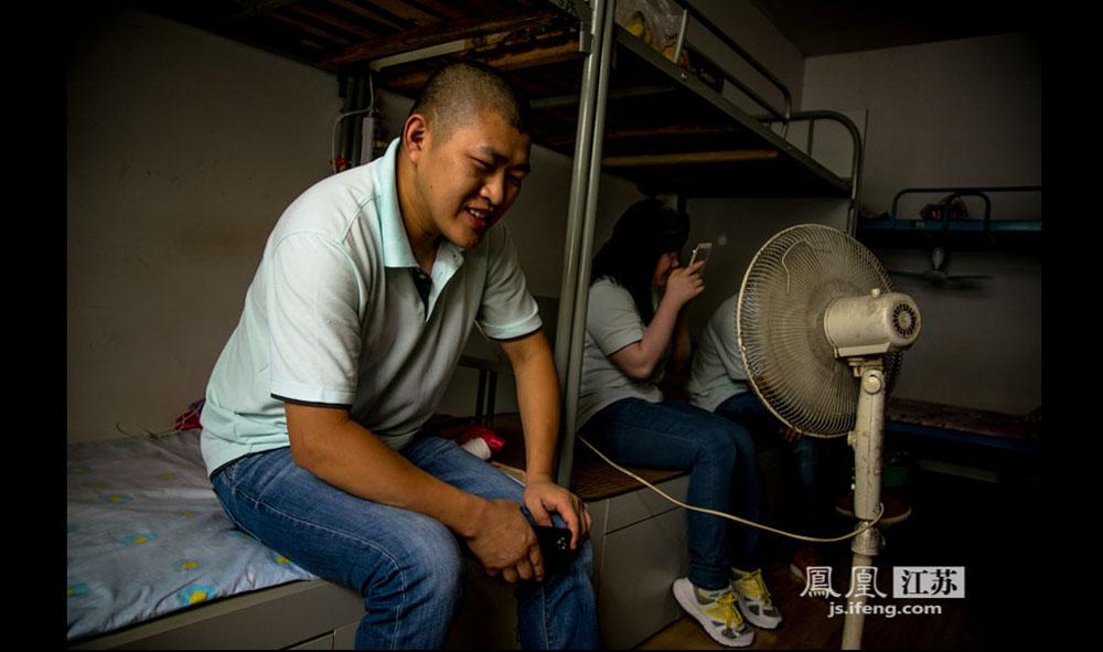 赵艳来是2011年来的南京,目前每月工资4000多元。他说他的梦想是过几年带着老婆儿子回连云港老家开一家自己的盲人按摩店。(彭铭/摄 胥大伟/文)