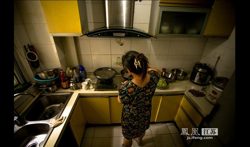 来自句容的邓阿姨每天负责给这里的盲人医师买菜烧饭,一个月休息3天。由于儿女都不在身边,邓阿姨选择和盲人技师们住在一起。(彭铭/摄 胥大伟/文)