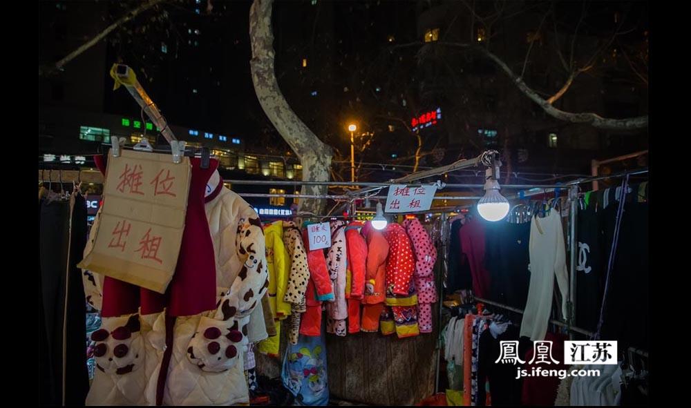 """全长200多米的丹凤街夜市是目前南京市区唯一保留的夜市。它曾盛极一时,甚至还带动了周边小商品城的建立,但在城市匆匆发展的脚步中,正一天天走向衰落。一些摊位已经挂出了""""摊位出租""""的招牌,剩下其余的人还在苦苦支撑着。(林琨/摄 胥大伟/文)"""