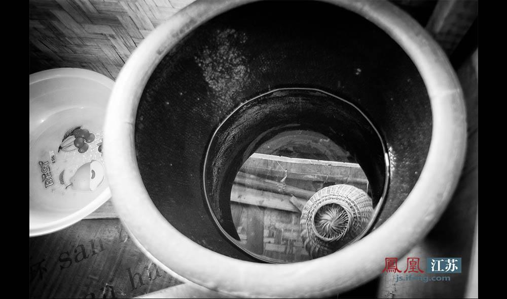 """在船上,饮用水直接取自秦淮河,用水桶打上来撒点明矾""""打一下"""",有时他们嫌麻烦就把河水直接烧开了喝。王扣子捂着肚子说,可能因为常喝不干净的水,他老觉得肚子咕噜咕噜叫,不舒服。他说:""""以前这边没拆迁的时候,我们常问住在河边的村民要自来水喝水。""""如今岸边盖起了时髦的住宅区,王扣子夫妇就再也不能去借自来水喝了。(林琨/摄 胥大伟/文)"""