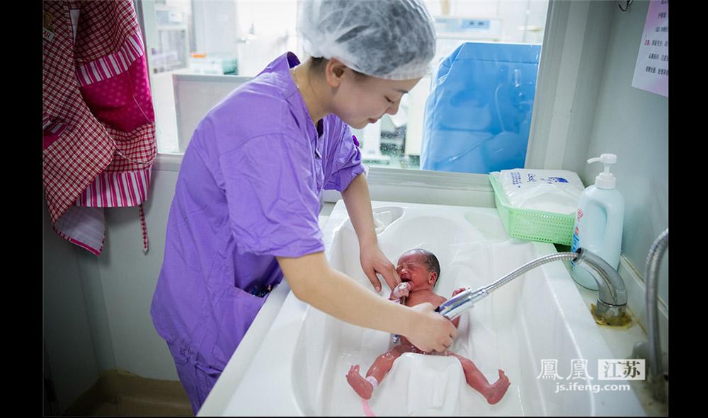 每天早晨8点左右,护士都会给这些早产儿洗澡。洗澡间要保持27℃的恒温,水温要控制在39—41℃之间。给早产儿洗澡也是一种检查,护士会仔细察看早产儿全身的皮肤,了解病情有无变化。(林琨/摄 胥大伟/文)