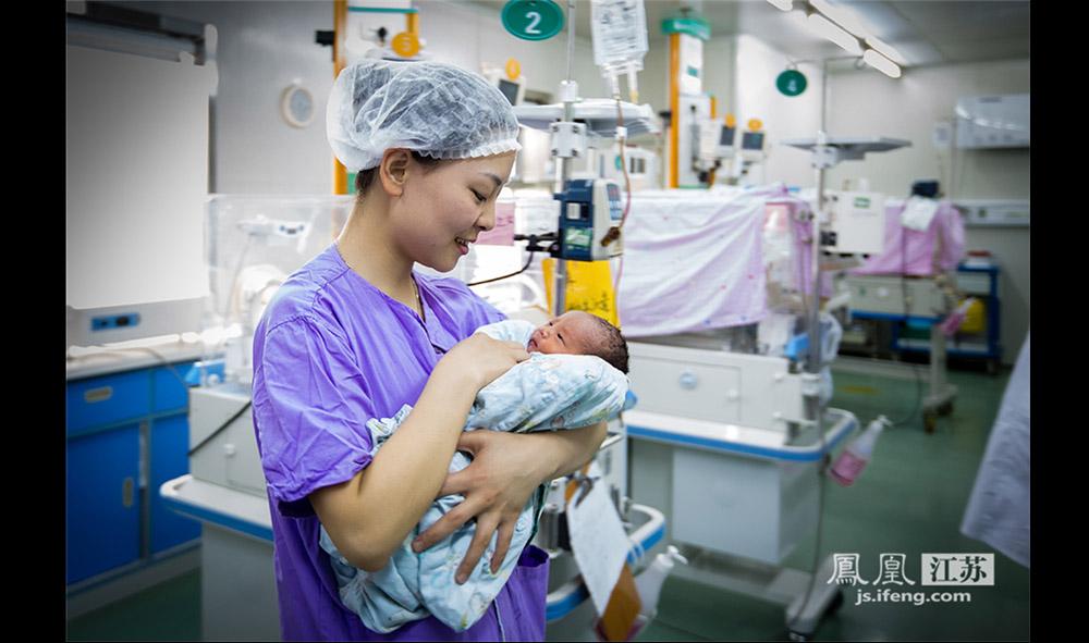 """新生儿科的护士大多很年轻,当她们自己面临生孩子的时候常常会有压力。""""每天看到那么多早产儿,总是担心自己会早产,怕这个怕那个。""""据了解,南医大二附院的新生儿科确有几名护士因心理压力过大早产。(林琨/摄 胥大伟/文)"""