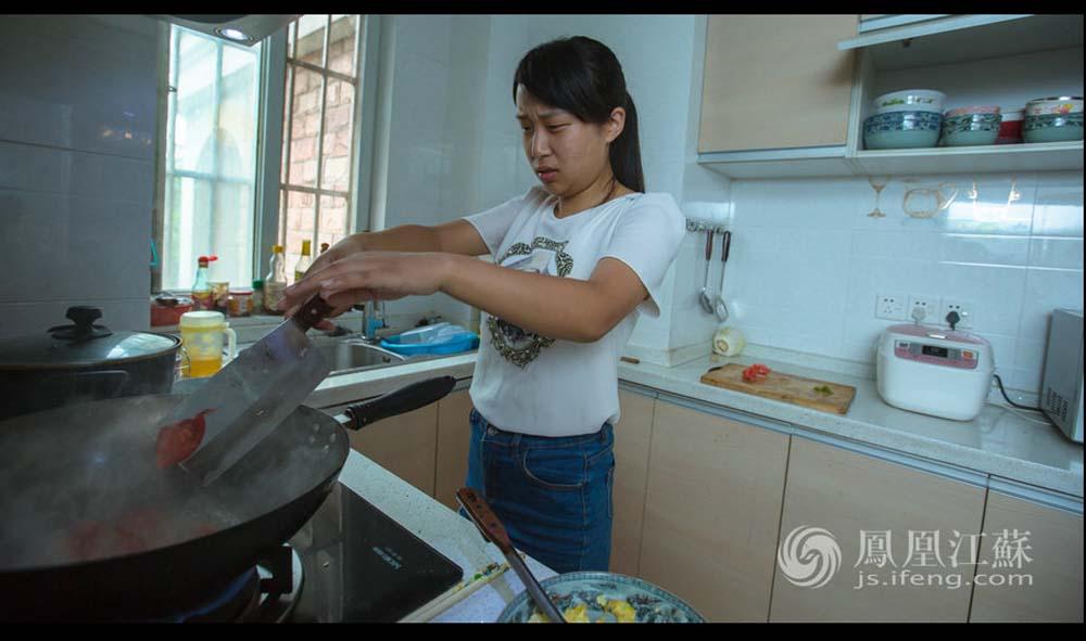 张孝娟住在南京表姐家,这为她省下了一大笔租房费用。8月1日一早,她已经起床收拾妥当,并开始准备当天的午饭。张孝娟解释说,刚开始兼职的时候,她中午在外面吃,但觉得这样开销大,后来就每天早晨准备好饭菜带到公司,中午用微波炉加热了吃。(魏玮/文 汤霖、杨光泽/图)