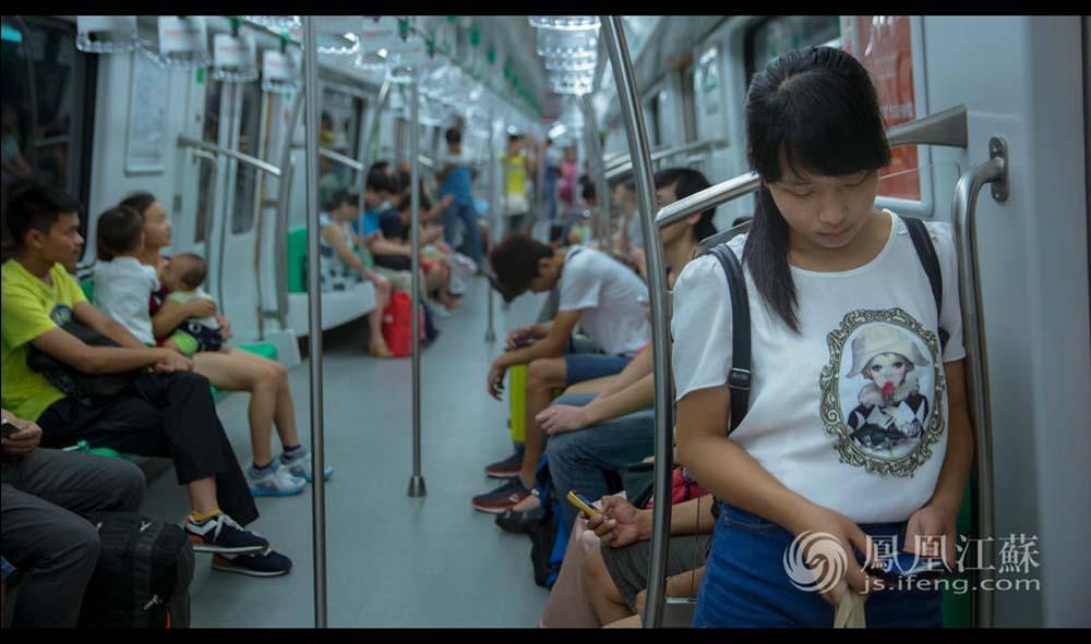 去公司坐地铁大概要一个多小时,中途还要换乘一次。张孝娟每天8:50出门,公司规定的上班时间是10:30,她一般提早半小时到。在地铁上,她低头刷手机打发时光。(魏玮/文 汤霖、杨光泽/图)