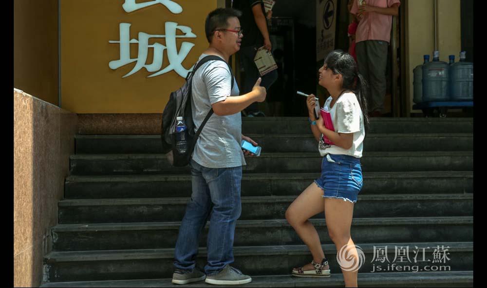 张孝娟说,第一天发传单时,她非常不好意思,不知道怎么开口去和陌生人沟通。经过半个多月的锻炼,现在看到合适的路人,她会主动上前和人交流。(魏玮/文 汤霖、杨光泽/图)