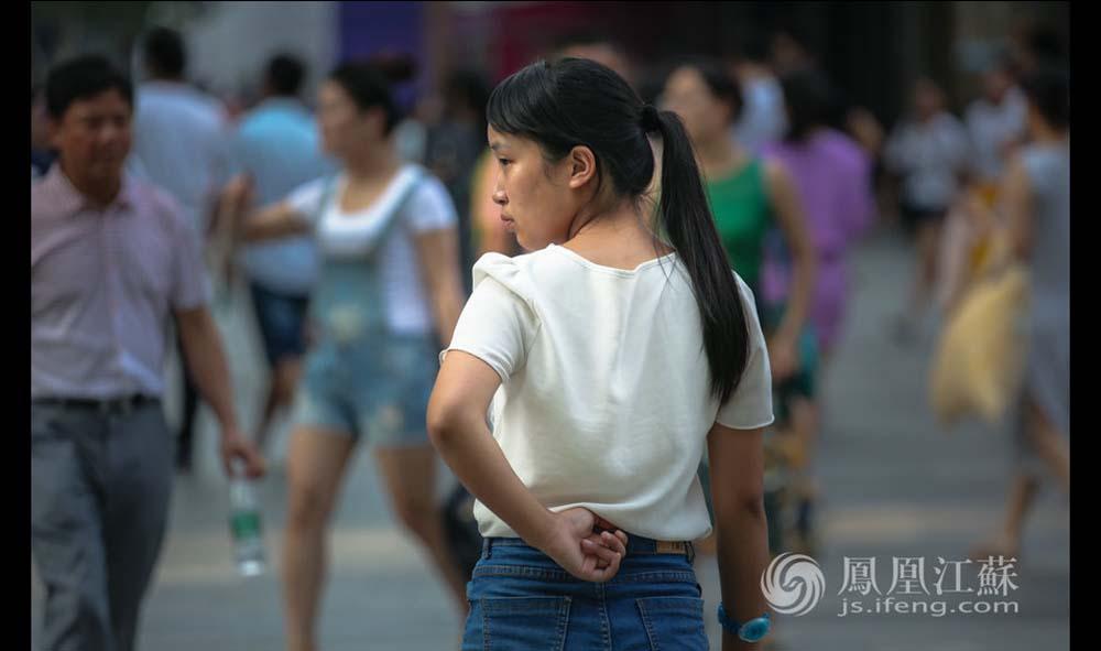 虽然工作风吹日晒,还常常被人拒绝,但张孝娟说她从没想过放弃。她说每份工作都有开心和不开心,要学会调整情绪,保持积极乐观的态度,才能收获不同的人生经历与体验。(魏玮/文 汤霖、杨光泽/图)