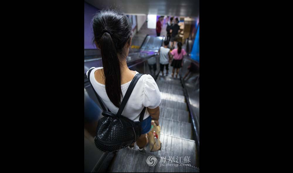 将近晚上9点半,张孝娟踏上了回家的地铁,晚饭还没有吃。这天她已忙了差不多12个小时,累得一句话也不想说。(魏玮/文 汤霖、杨光泽/图)