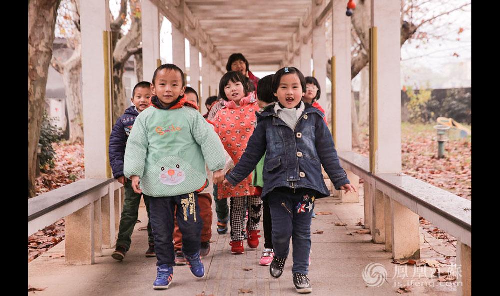 """康复中心的""""重点"""",是46名2岁到8岁的儿童,他们都来自南京周边。这群被按下""""静听键""""的孩子,按年龄分为大、中、小班。园长朱金红介绍,这里实行""""小班化""""教育,用中国聋儿康复中心统一出版的教材,孩子们上集体课时,""""一样地做游戏、玩乐和教学""""。特殊的是,因为每个孩子的听损情况不一样,这里的听障儿童每人每天会有30分钟的单训课程。(胥大伟 徐然/文 毛寿皓/图)"""