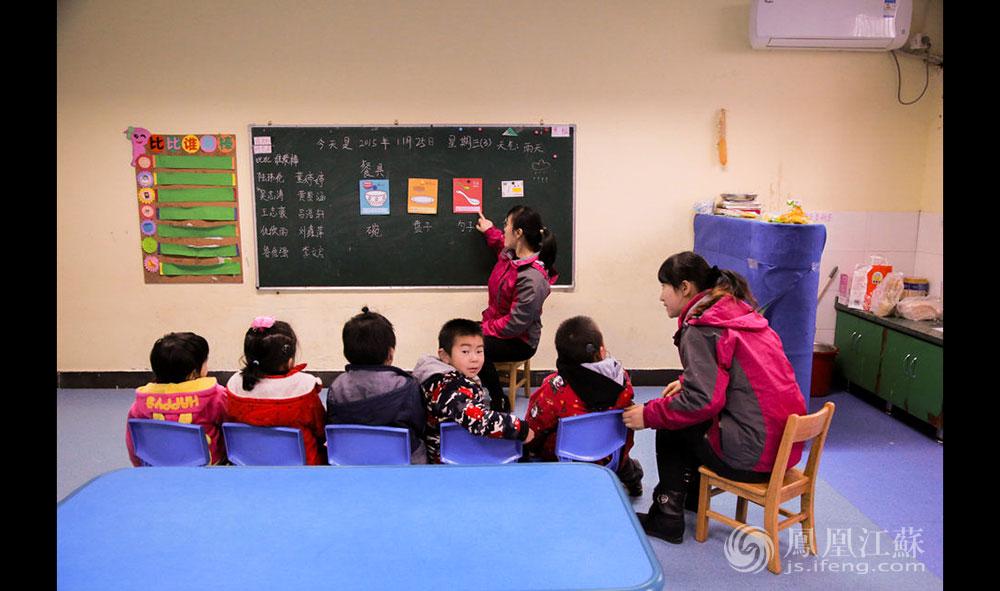 """""""人中人""""采取小班制教学,两位老师带六七个学生。上午的集体课,老师大声念出""""碗、盘子、勺子""""的发音,让孩子们去指认相关的图片。""""人中人""""希望,在踏入正常小学前,让每个孩子都至少能拥有3岁—4岁小孩的会话能力 ,""""能与正常人交流,并且70%的话能听得懂""""。""""人中人""""还有一点与别的康复中心不一样,这里每个小孩毕业前,识字量要在1000个以上。朱园长说,听障孩子单纯靠听是很难跟上老师教学节奏的,""""但是他们有了一定的识字量,就能看懂板书,这对进入小学后的学业帮助很大。""""(胥大伟 徐然/文 毛寿皓/图)"""