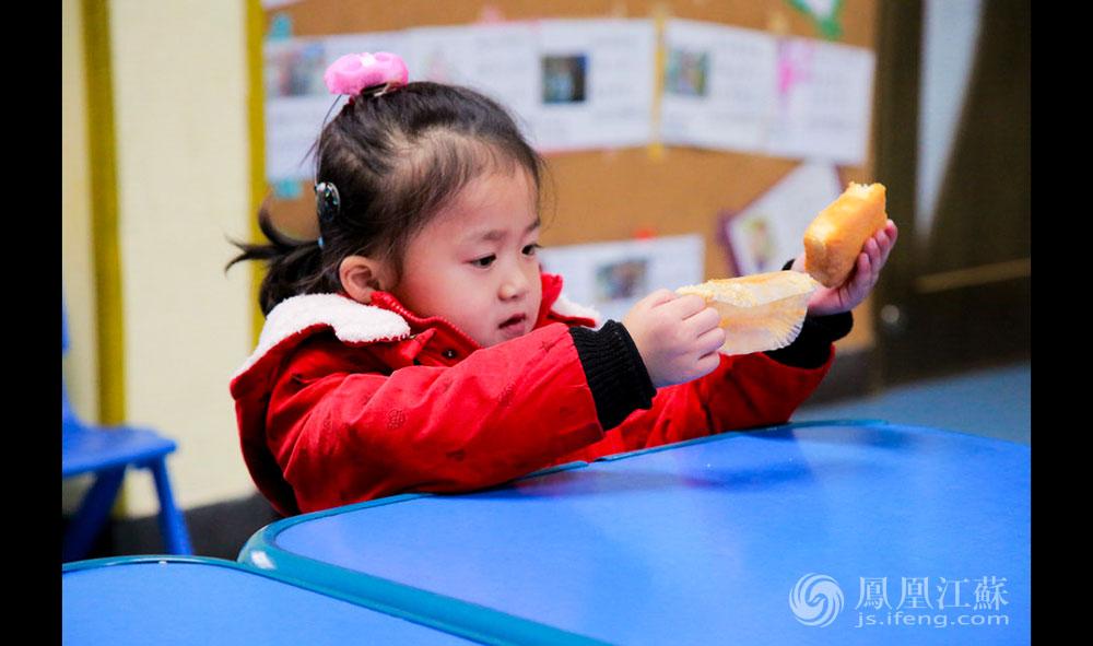 """今年3岁的婷婷(化名)在全班同学面前朗诵了""""小白兔白又白""""的儿歌,得到面包的奖励。老师说,婷婷刚来幼儿园时,看到陌生人就会大哭,""""现在也能稍带胆怯地打招呼了""""。这得益于""""人中人""""的周末对外开放日活动。每个周末,来自南京各高校的学生、各企事业单位的职工会来当志愿者。这里的老师们坚信,多跟社会上的人群接触,对孩子是有好处的,""""至少他不会把自己与这个社会隔绝起来""""。(胥大伟 徐然/文 毛寿皓/图)"""