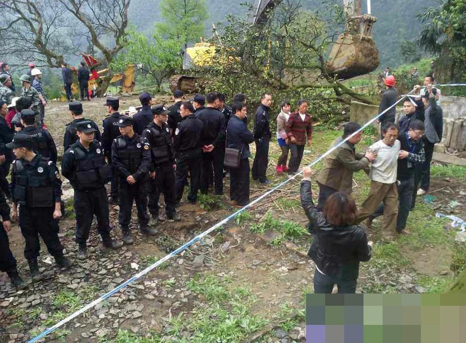 高清图—四川省泸州市古蔺县箭竹乡乐园村警察强挖古树与村民冲突