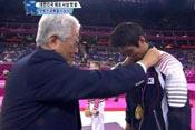 朝鲜官员为韩国选手颁发金牌