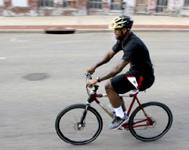 詹姆斯骑车去训练馆