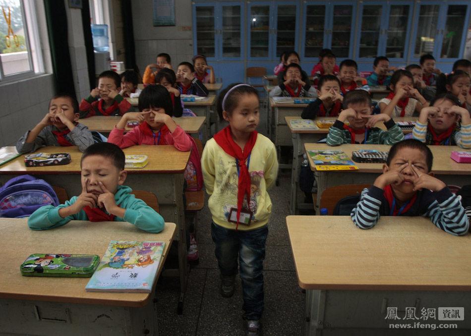 南京,小学生在做眼保健操.安心/摄
