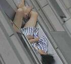 实拍女子裸身冲出宾馆